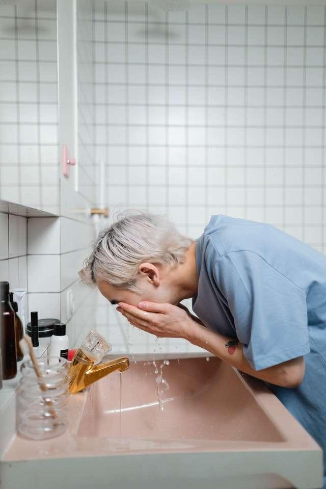 Routine di pulizia del viso maschile